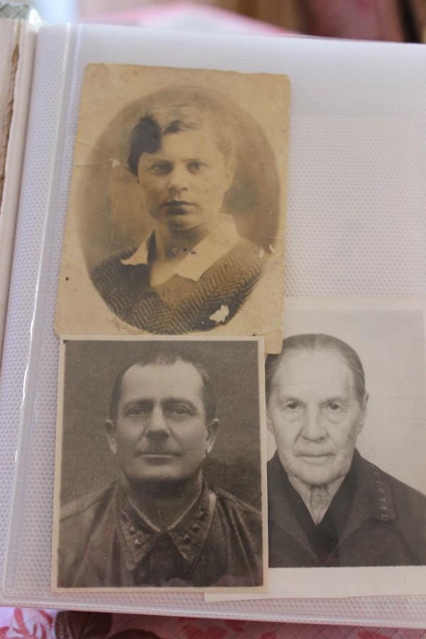 Тоня и её родители.