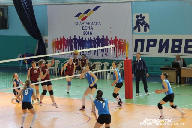 Играют сборные городов Волгодонска и Шахты.