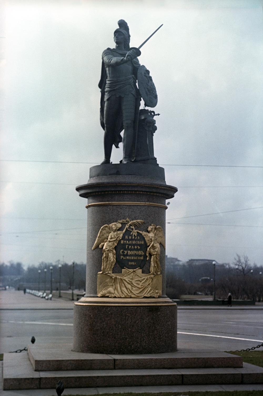 Памятник полководцу Александру Васильевичу Суворову в Ленинграде, 1801 год. Скульптор Михаил Иванович Козловский.