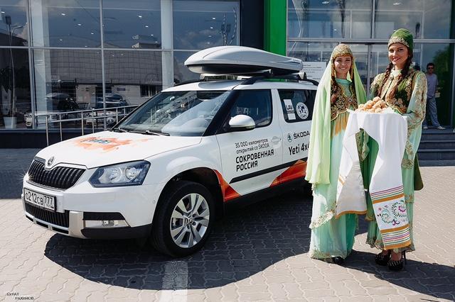 Участников автопробега встречали по традиции чак-чаком.