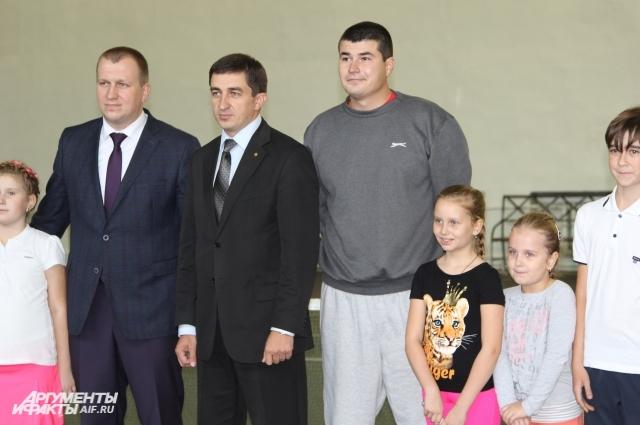 Жителя Луганска Юрия Писарева (справа) ждали на работу в Красном Сулине (Россия).