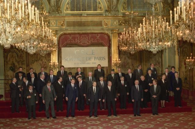 Первой капитуляцией СССР в Холодной войне иногда называют подписание 21 ноября 1990 года в Париже Хартии для новой Европы