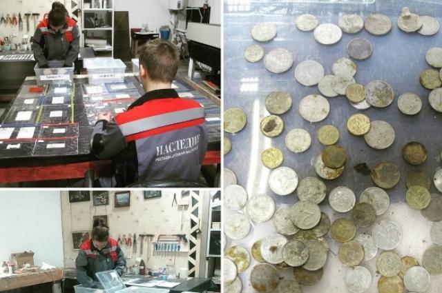 Реставраторы обнаружили в скульптурах записки и монеты.