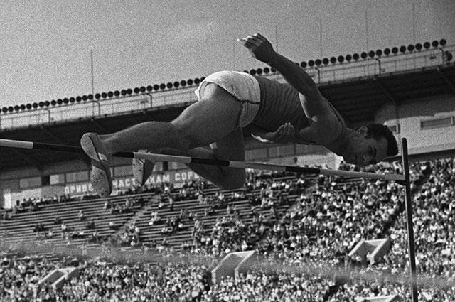 Валерий Брумель во время рекордного прыжка, 1960 г.