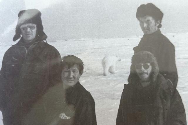 Авиатехники и белый медведь.