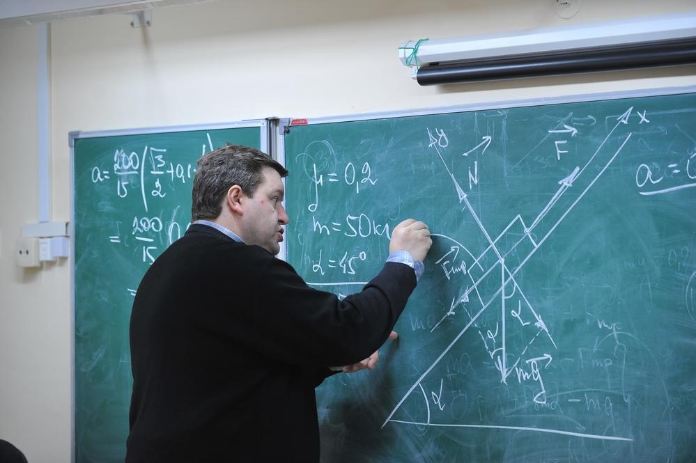 Учитель и самую непонятную задачу объяснит на словах и цифрах