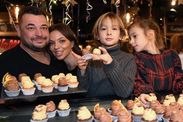 Солист группы «Руки Вверх» Сергей Жуков, его супруга Регина Бурд с детьми Энджелом и Никой.