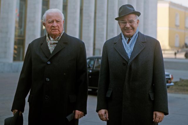 Людвик Свобода (слева) и Густав Гусак у здания Кремлевского Дворца съездов. XXIV-й съезд КПСС, 30 марта - 9 апреля 1971 года.