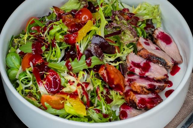 Салат с зеленью и утиным филе