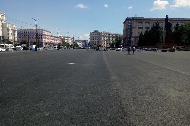 Площадь мало походит на место для пеших прогулок.
