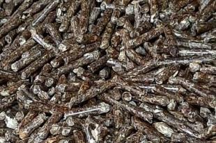 Тёмные из-за примеси лиственницы пеллеты ничем не уступают светлым, но ценятся дешевле.