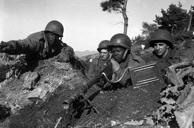 Пулемётный расчёт с M1919A6 во время боя на реке Чонгчон. Корея, 1950 г.