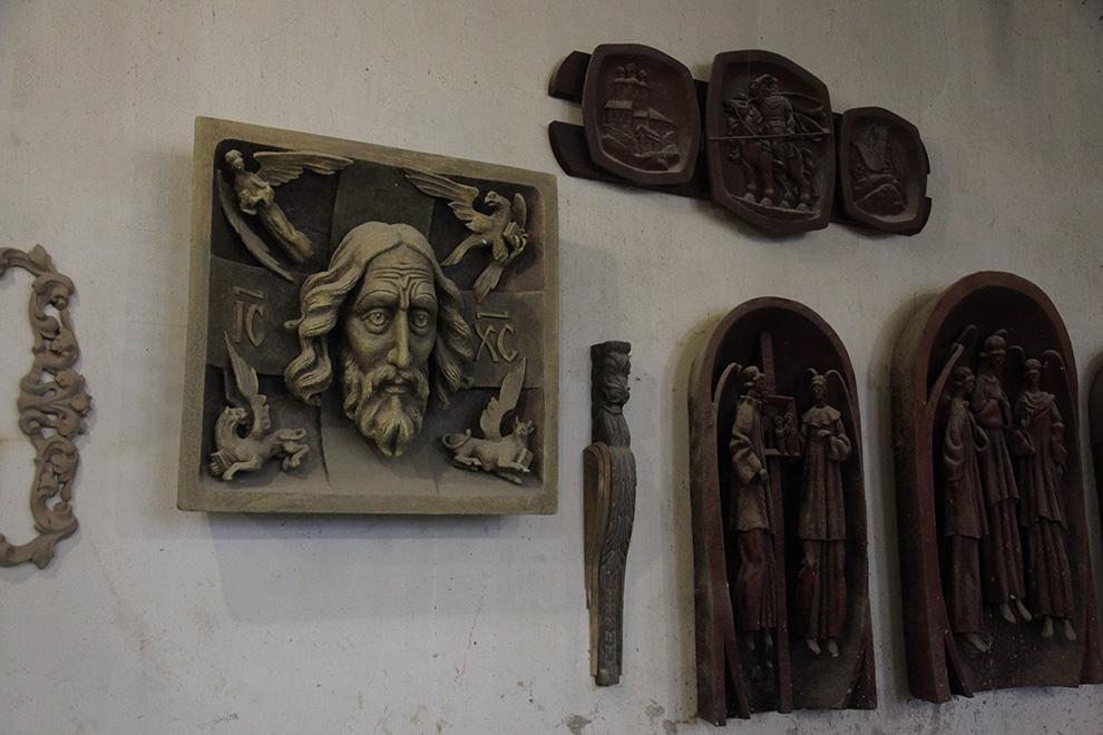 Скульптор Юрий Борисенков бесплатно обучает детей в мастерской.