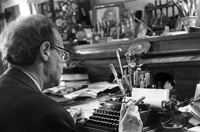 Лев Кассиль в своём кабинете. 1968 г.