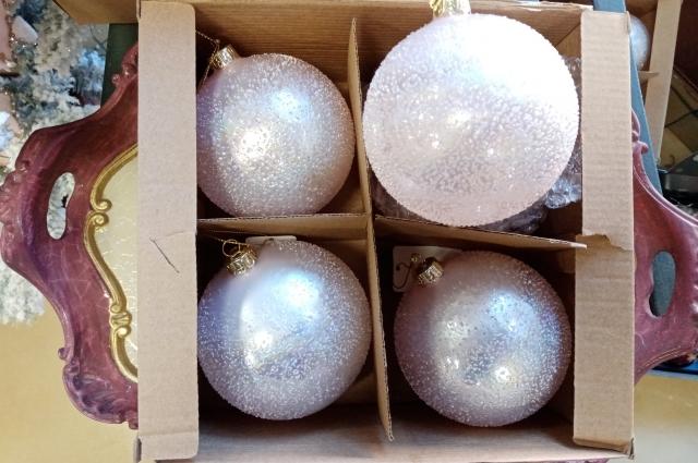 Один из вариантов - украсить ёлку в белых и серебристых тонах.