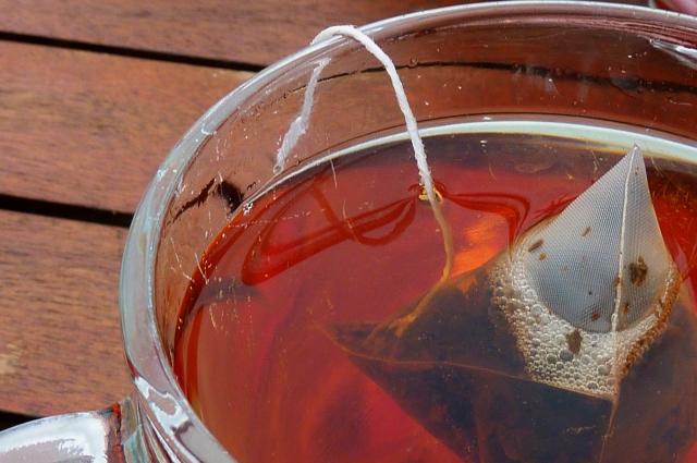 Пакетики - тоже чай, просто измельченный, гранулированный, не самого высокого качества.