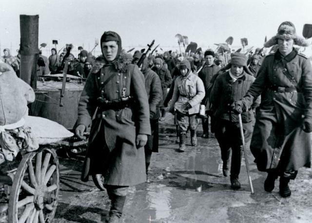 Немцы направляют на принудительные работы население одной из занятых русских деревень.
