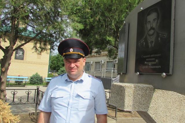 Во дворе отдела МВД установлен памятник с фотографиями погибших милиционеров и часовня.