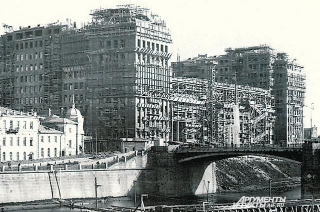 У знаменитого дома на набережной сегодня другие декорации и марки авто, а само уникальное здание стоит вот уже восьмое десятилетие