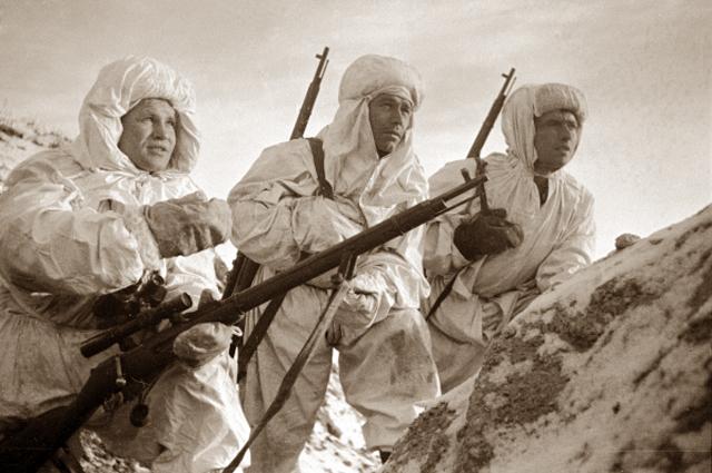 Снайпер Герой Советского Союза Василий Зайцев объясняет новичкам предстоящую задачу
