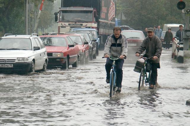 Дождь лучше переждать, а лужи - осторожно объехать.