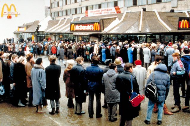 Так выглядел тот самый остров иноземного или неземного(?) блаженства, которым был для всех нас Макдоналдс на Пушкинской в начале 1990-х..