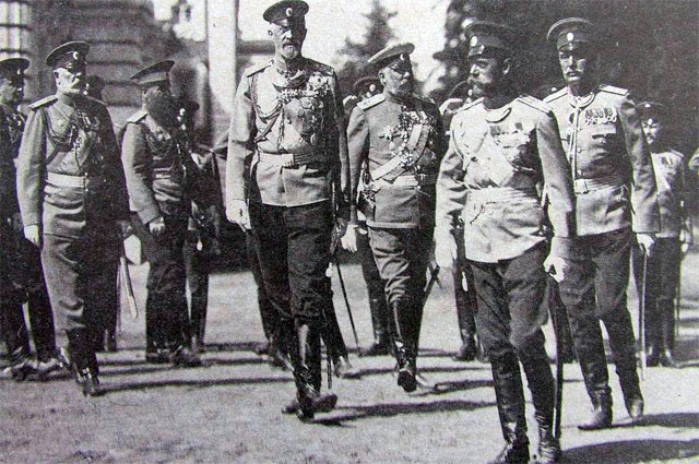 Николай II и Николай Николаевич-младший на параде, 1913 год