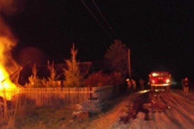 Пожарных вызвала дочь хозяйки горевшего дома.
