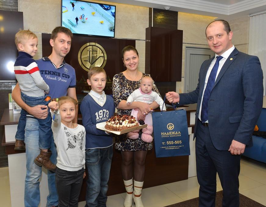 Евгений Гавричков вручает ключи семье Беляковых