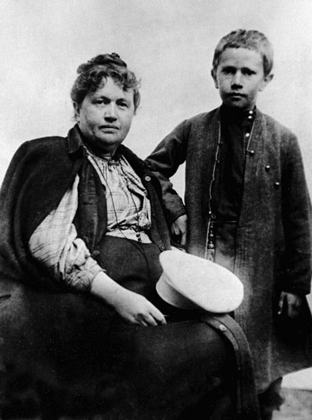 Алексей Толстой с матерью, 1895 год.