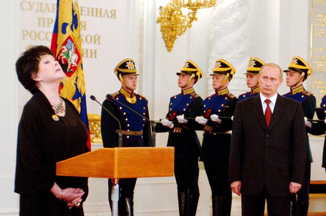 Президент РФ Владимир Путин и лауреат Государственной премии в области литературы за 2004 год поэтесса Белла Ахмадулина во время церемонии награждения в Большом Кремлевском дворце. 2005 год.