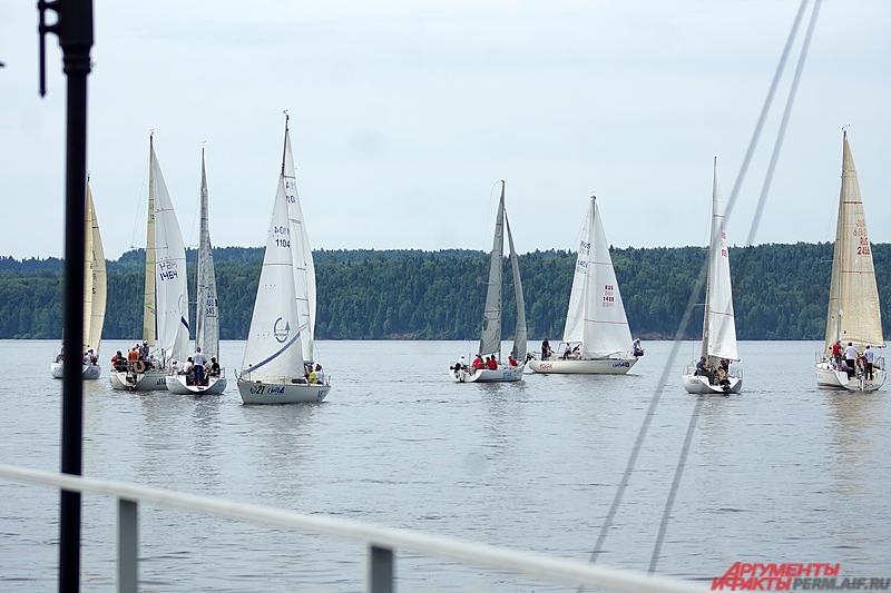 За титул победителей и кубок санатория боролись порядка полусотни экипажей килевых яхт и швертботов.