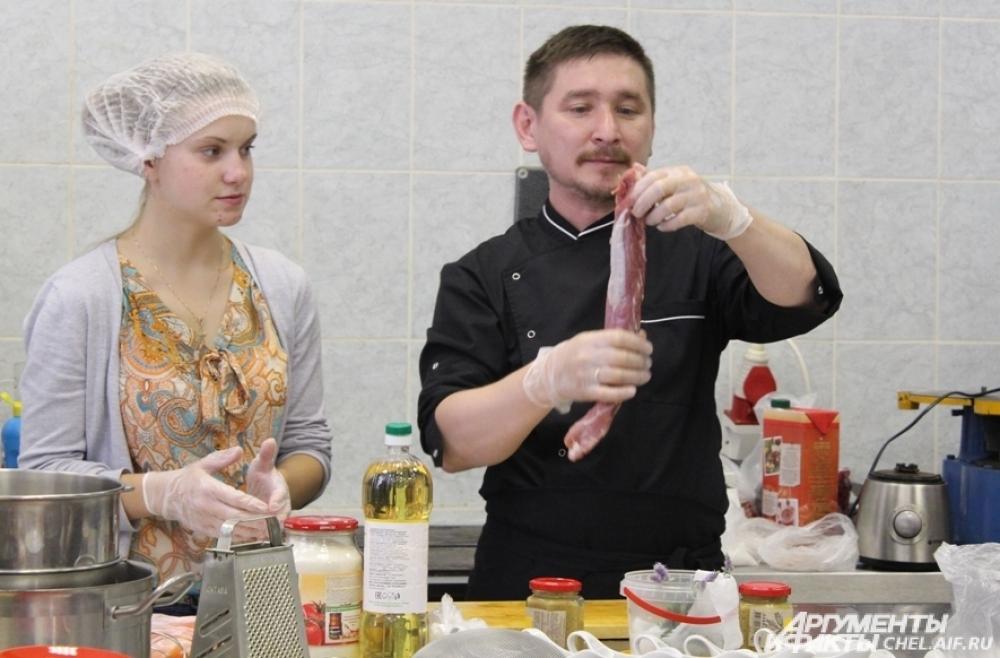 Шеф–повар давал советы начинающим кулинарам.