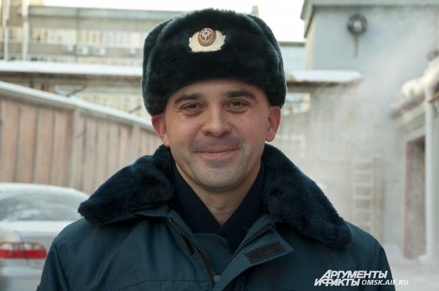 Вместе с друзьями Виталий Хапилин ходит в тренажёрный зал и играет в хоккей.