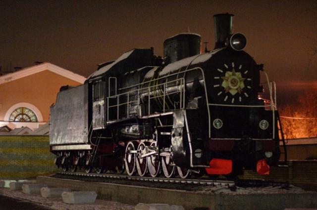 Памятник-паровоз на железнодорожном вокзале в Брянске.