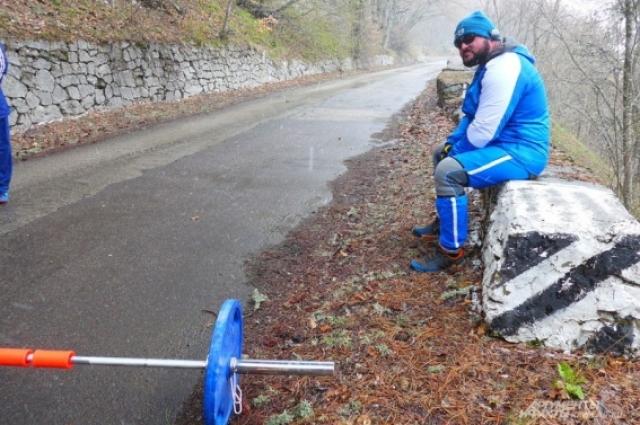 Крымский силач Джамшид Исматуллаев поднимается со штангой 50 килограмм на Ай-Петри.