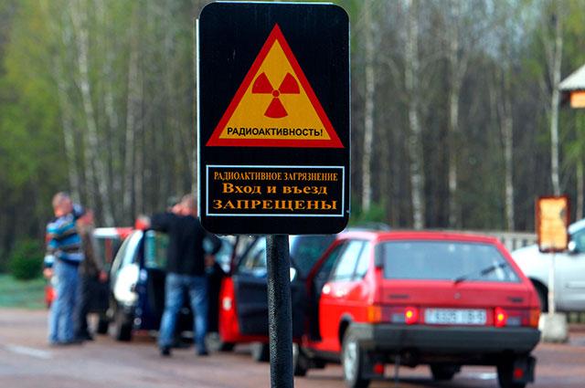Автомобили спереселенцами, которым разрешили посещение ихзаброшенных домов взоне отчуждения вокруг Чернобыльской АЭС, наКПП «Тешков».