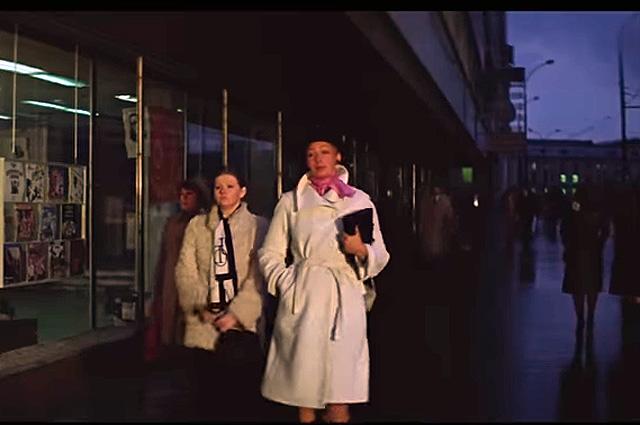 «Выгуливают» Надину новую искусственную шубу девушки, естественно, на проспекте Калинина (ныне Новый Арбат).