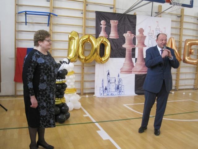 Директор гимназии Татьяна Губарева и презижент шахматной федерации Оренбурга Игорь Коровяковский.