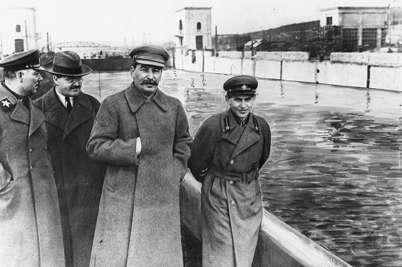 Слева направо Климент Ворошилов, Вячеслав Молотов, Иосиф Сталин и Николай Ежов на канале Москва Волга