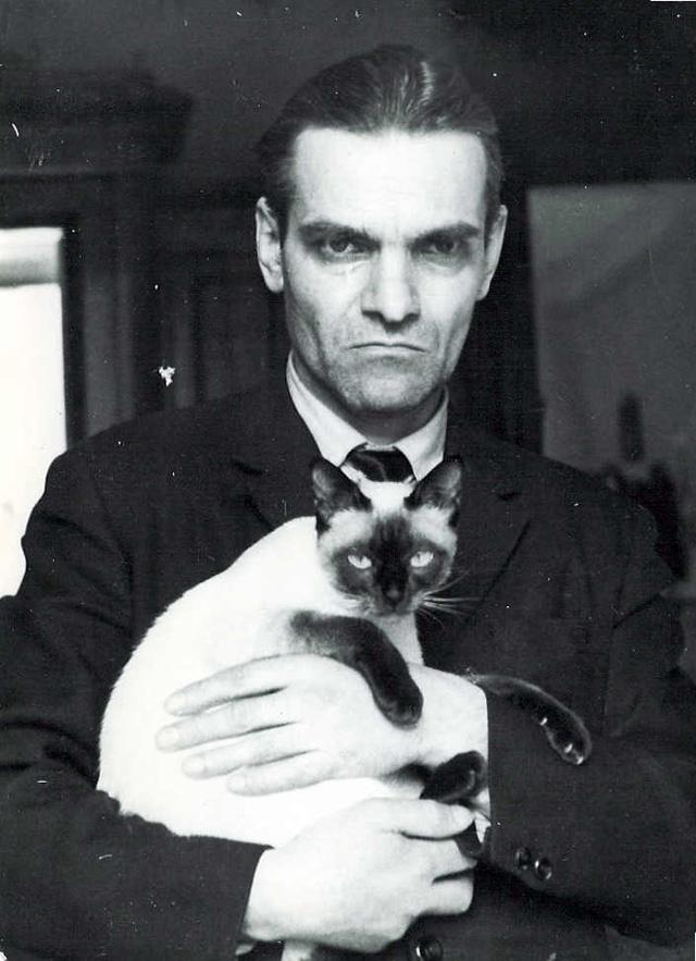 Ю. Кнорозов с сиамской кошкой Асей (Аспидом) в 1971 году.