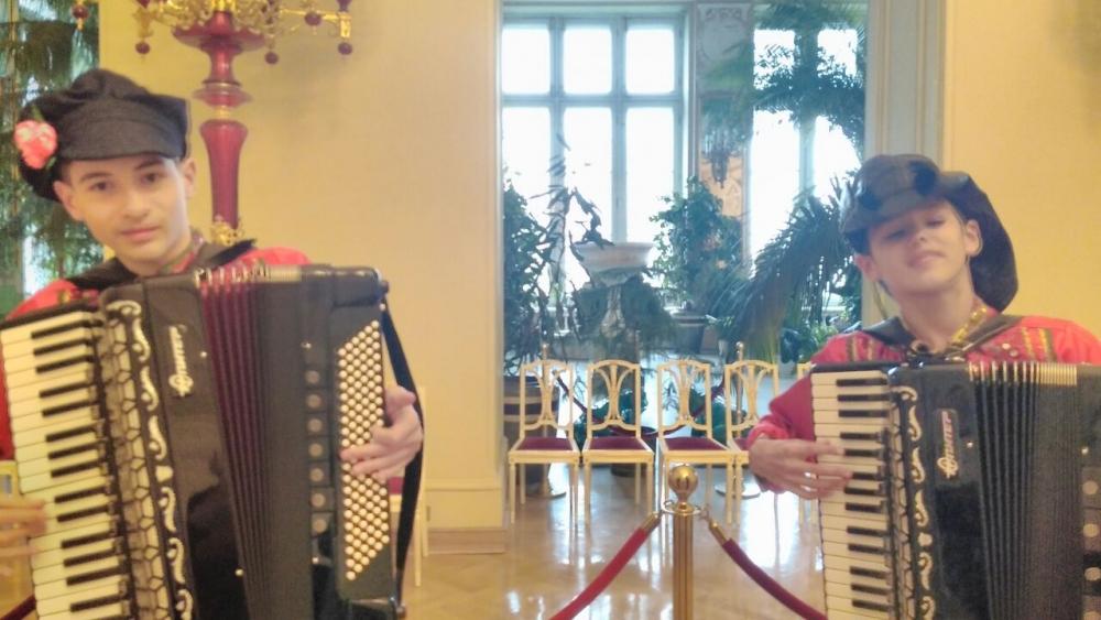 Дуэт аккордеонистов готов всему миру показать, как играть надо.
