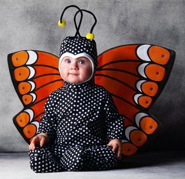 в костюме бабочки