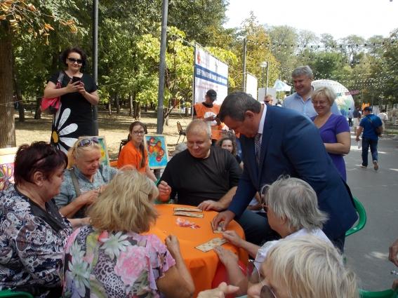 Сергей Бондарев играет в партию лото с пожилыми людьми