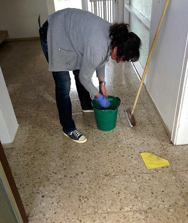 Уборщицы получают копейки, ведь на зарплаты УК почти ничего не остается.
