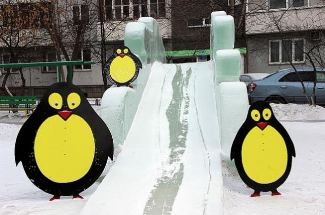 Пингвины охраняют горку