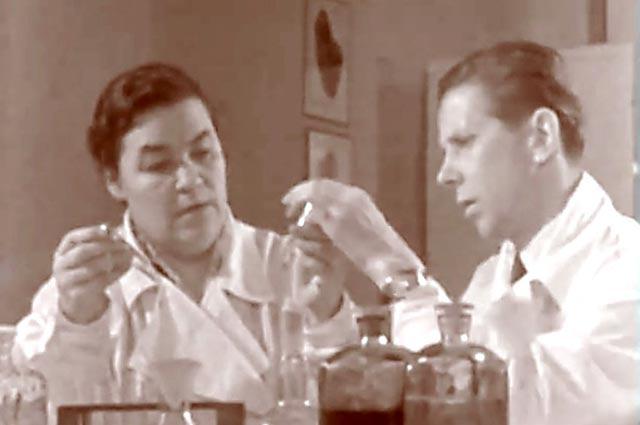 Профессор Галина Андреенко и молодой врач Евгений Чазов изучают фибринолизин.