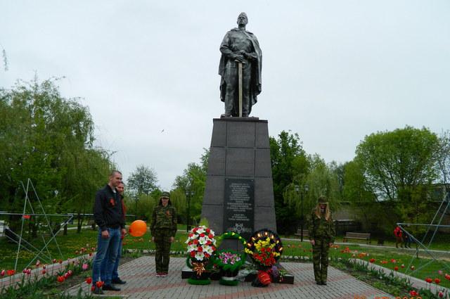 Возложение цветов сотрудниками Новозыбковского СП к памятнику воинам, освободившим город Новозыбков от немецко-фашистских оккупантов.