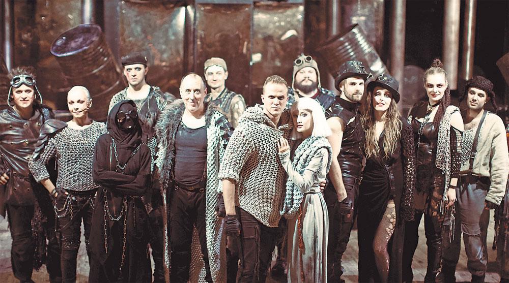 Cцена из спектакля «Маленькие трагедии» (Евгений – в центре).