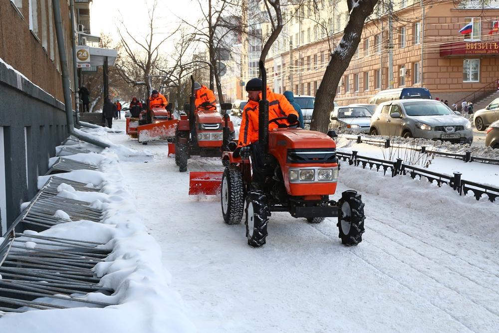 Мини-тракторы уже используют для уборки снега в крупных городах.